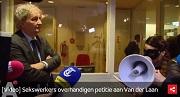 AT5 Sekswerkers overhandigen petitie aan Van der Laan