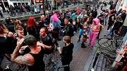2014-10-16 18:28:39 AMSTERDAM - Uitgedoste feestgangers staan op de Oudezijds Achterburgwal tijdens het jaren 80 en 90 feestje van elektronicafestival Amsterdam Dance Event. Op afstand staan toeristen naar het uitgedoste publiek te kijken. ANP KIPPA EVERT ELZINGA