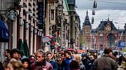 2017-04-22 12:35:05 AMSTERDAM - Buitenlandse toeristen bevolken de straten van het centrum van Amsterdam. Bewoners van de hoofdstad klagen in toenemende mate over de grote hoeveelheden bezoekers. ANP ROBIN UTRECHT