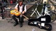 jack broadbent - straat concert op de wallen - Oudezijds Achterburgwal - kosteloos - youtube still