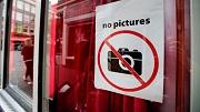 2016-09-19 11:59:01 AMSTERDAM - Een sticker op het raam van een protituee die toeristen moet wijzen dat er geen foto's op de wallen gemaakt mogen worden. ANP OLAF KRAAK