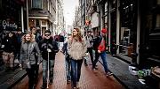 2017-04-05 14:30:42 AMSTERDAM - Een Deen met een visuele beperking wordt rondgeleid door de rosse buurt van Amsterdam. Voelen en ruiken staan centraal tijdens deze tocht. ANP ROBIN VAN LONKHUIJSEN