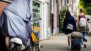 2016-06-16 11:24:14 AMSTERDAM - Toeristen met rolkoffers op de grachten in Amsterdam. Rolkoffers zijn een van de problemen van toenemende populariteit van AirBnB. ANP KOEN VAN WEEL