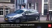 AT5 Automobilist rijdt op een haar na de gracht in © Joost de Vreeze