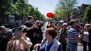 Nederland, Amsterdam, 25-05-2017 - STILSTAANDE TOERISTEN. Toeristen met een rondleiding mogen niet langer op bepaalde plekken stilstaan zoals hier op de bruggen van de ouderzijds voorburgwal en achterburgwal. Ze zouden voor opstoppingen en overlast zorgen. Foto : Rink Hof