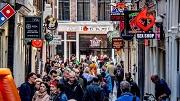 2018-05-02 00:00:00 AMSTERDAM - Voorbijgangers op de Wallen in de binnenstad van Amsterdam. ANP ROBIN UTRECHT
