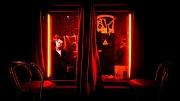2014-01-31 16:08:50 AMSTERDAM - Bezoekers kunnen in Red Light Secrets, het eerste museum over prostitutie in Nederland, via een videoscherm zien hoe mannen door een raam van een peeskamer naar binnen kijken. Bij het museum, dat gevestigd is op de Amsterdamse Wallen, draait het allemaal om het leven in de rosse buurt.  ANP KOEN VAN WEEL
