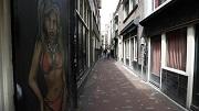 2013-07-31 12:08:24 AMSTERDAM - Raamprostitutie in de Dollebagijnsteeg. De gemeente Amsterdam mag doorgaan met het verminderen van het aantal raambordelen op de Wallen. ANP JERRY LAMPEN