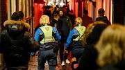 Amsterdam, 21 december 2018. Handhavers aan het werk op de wallen. Handhavers Annemarie en Tess (r). foto: Marc Driessen