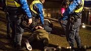 Amsterdam, 21 december 2018. Handhavers aan het werk op de wallen. Een man wordst staande gehouden en aan de politie overhandigd. foto: Marc Driessen