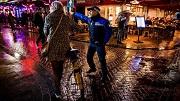 Nederland, Amsterdam, 16-09-2017. HANDHAVING. Op pad met Handhaving, Het team Rembrandtplein van Handhaving bekeurt fietsers die niet afstappen. Foto: Rink Hof