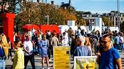 2018-10-13 14:49:08 AMSTERDAM - Toeristen bij de letters 'I Amsterdam' op het Museumplein. Het behoud van het iconische beeldwerk is onderwerp van discussie omdat GroenLinks geen citymarketing met de letterbeelden wil bedrijven. ANP REMKO DE WAAL