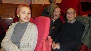 """C: Paul Gijsberti Hodenpijl (r): """"Ik woonde in het pand waar de opnames waren. Mijn zus is daar geboren."""" Met dochter Aileen en buurtbewoner Jan Bas."""