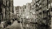 Amsterdam, DEJA VU, Oudezijds Achterburgwal 18-14 en lager (links, v.l.n.r.)Gezien in noordelijke richting naar brug voor de Spooksteeg. Rechts achterzijde Zeedijk 36 (ged.)-70 (ged.) (v.l.n.r.).Breitner, G.H. George, november 1894 t/m december 1898