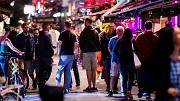 2018-07-28 22:23:49 AMSTERDAM - Uitgaanspubliek bij het Leidseplein op een zaterdagavond in de hoofdstad. ANP REMKO DE WAAL