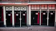 Amsterdam, 23 januari 2019. Lege peeskamers te huur aangeboden op de wallen. Foto: Marc Driessen
