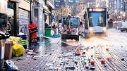 2018-01-01 09:41:51 AMSTERDAM - Medewerkers van de gemeente ruimen op het Rembrandtplein en de Reguliersbreestraat op Nieuwjaarsdag de rommel van de viering van de jaarwisseling op. ANP NIELS WENSTEDT