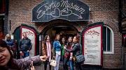 2017-04-22 12:43:03 AMSTERDAM - Buitenlandse toeristen bevolken de straten van het centrum van Amsterdam. Bewoners van de hoofdstad klagen in toenemende mate over de grote hoeveelheden bezoekers. ANP ROBIN UTRECHT