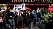 2015-04-09 18:37:23 AMSTERDAM - Sekswerkers en sympathisanten demonstreren tegen de sluiting van raambordelen door de gemeente. Onder de noemer 'Project 1012' is de hoofdstad bezig raambordelen in de rosse buurt te sluiten, om criminaliteit, mensenhandel en verloedering tegen te gaan. Er zijn al 115 van de 500 dicht. ANP ROBIN VAN LONKHUIJSEN