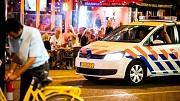 2018-07-28 23:08:04 AMSTERDAM - Uitgaanspubliek en politie op het Rembrandtplein op een zaterdagavond in de hoofdstad. ANP REMKO DE WAAL