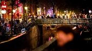 2018-07-28 23:33:34 AMSTERDAM - Uitgaanspubliek op de Wallen op een zaterdagavond in de hoofdstad. ANP REMKO DE WAAL